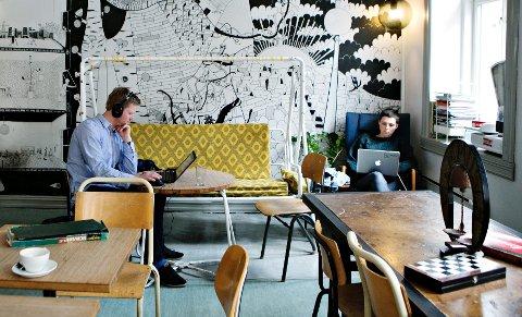 Driver man kafé, er utfordringen å møblere slik at gjestene kan føle seg velkomne både alene og i flokk.