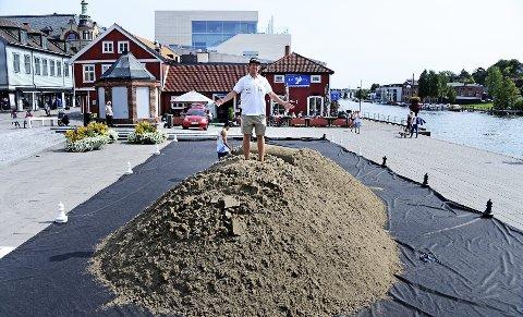 SANDKASSE: Turneringsleder Stian Opsahl fikk i får inn 100 kubikk med sang på Fisketorvet. Foto: Geir A. Carlsson