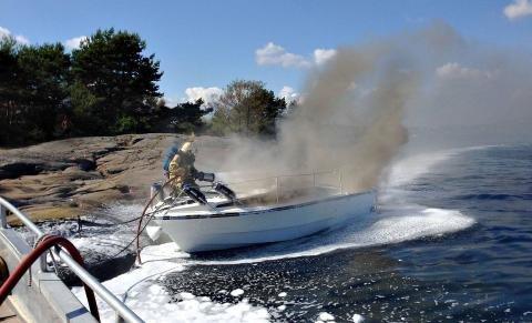 SLUKKET MED SKUM: Brannvesenet brukte skum for å slukke brannen i båten som lå ved Steinkloss.