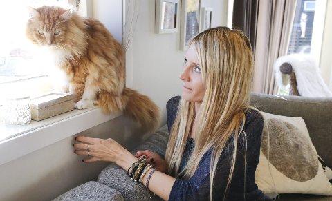 FANT KATT: Tonje Kvamme fant en partert katt i sin egen oppkjørsel i fjor. Her er hun med sin egen Tigergutt.arkivfoto