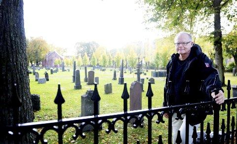 SMIJERN: Kirkeverge Øivind Grimseth er svært fornøyd med at det nye smijernsgjerdet mot Halfdan Wilhelmsens allé er på plass.