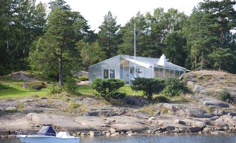 Som forbipasserende i båt i Årøysund på Nøtterøy sperrer vi øyene opp for dette byggverket. En hytte i aluminium? Eller er det sink?  Forfriskende eller bare rart?