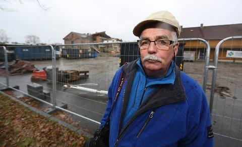 KLASSEROMMET RYKER: I bakgrunnen er gravemaskinføreren i gang med å rive den delen av skolen der Terje Reier hadde sitt klasserom.