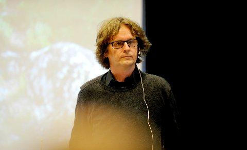 Petter Wabakken sier at norsk ulveforvaltning er ute av kontroll fordi de voksne ulvene blir borte og nye kommer til.
