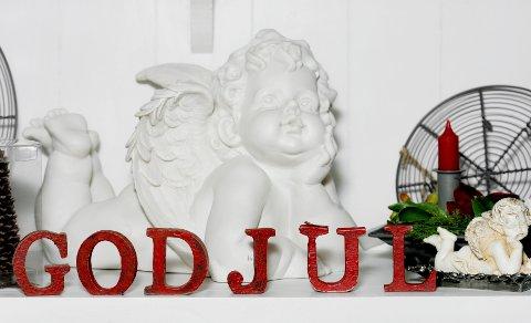 Liker du den romantiske og feminine stilen, kan engelen gjerne bli stående året rundt, mens bokstavene foran pakkes ned eller stokkes om.