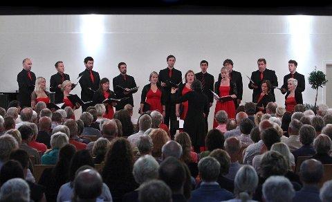 Årets Sommerfestival ble åpnet på Arena av Det Norske Solistkor med dirigent Grete Pedersen.