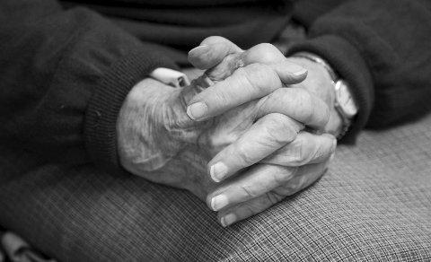 VELPLEID: Da ØB var på besøk var Else Marie opptatt av at hun skulle ta seg godt ut. Og det var ingen fare: Morgendagens 100-åring var så velpleid som bare det. Bare se på de fine hendene.