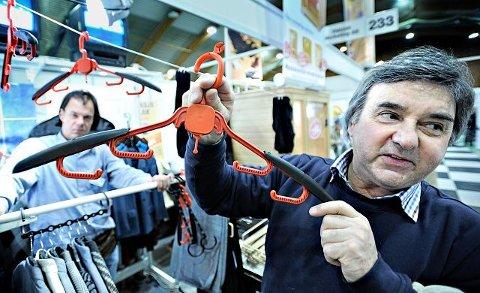 Funksjonell kleshenger Mikael Persson (i bakgrunnen) og Petter Bengsch promoterte ivrig sitt sett av sammenleggbare kleshengere. Kleshengerne har gjort stor suksess på TV-Shop. Foto: Geir A. Carlson