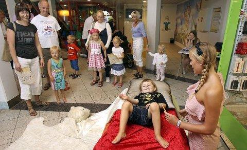 Aksel Rudjord får ikke sove og består prøven på madrassen til ertevertinne Josefine Heia.