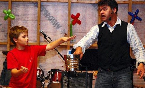 Henrik fikk være assistent for tryllekunstneren Davido.