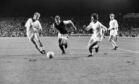 HISTORISK: Strømsgodsets kamp på Highbury er historisk. Her ser vi fra venstre Ingar Pettersen, en arsenalspiller som forsøker gjennombrudd, Per Rune Wølner og Steinar Pettersen. Foto: Drammens Tidende