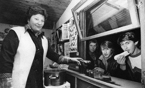 1981: En pølse takk: Berit Johansen i Dalen Kiosk i Kobbervikdalen setter pris på stamkundene, her representert ved Bjørn Wold, Odne Olsen og Odd Runar Løkka. FOTO: THOR-EGIL TJUGUM