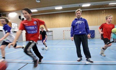 fin gjeng Trener Anders Foss står i spissen for opptil 30 unggutter på treningene. – De skulker ikke en eneste trening og er en kjempegjeng, sier han.