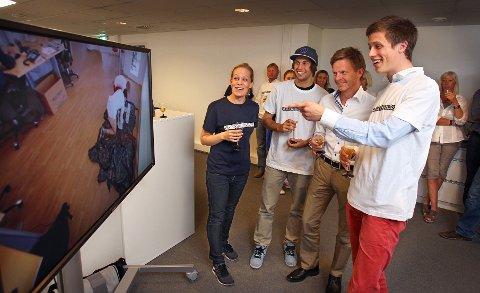 Digitalredaktør Sigrid Holmsen, fotograf Mattis Knudsen, ordfører Tage Pettersen og programleder og rekordjeger Emil Gukild gleder seg over Emils rekord under gårsdagens premiere.