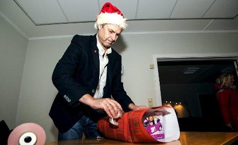 Ordfører Jonn Lislelid stilte opp hos Røde Kors for å hjelpe til å pakke inn julegaver til barn i Svelvik.