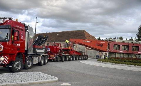 Presisjon: Stein Ole Jørgensen satt i førersetet på den 66 meter lange transporten som her passerer rundkjøringa i Moelvs Storgata. Foto: Jan Rune Bakkelund