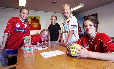 Henriette Spetz (fra venstre), Maja Granberg, Sandra Wilberg, Marthe Litschi og Fredrik Bruun likte seg godt på den første fellessamlingen til HK Herulf Moss og HK Rygge i Øreåshallen.