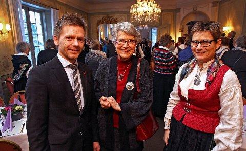 Festklare Ordfører Tage Pettersen (fra venstre), Margrethe Holmsen som ble utnevnt til æresmedlem og direktør Marit Jacobsen i Norges Husflidslag.