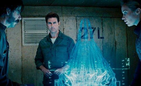 Løsningen: Det er den blå «hjernen» eller kommandosentralen til etteraperne de er på jakt etter og må tillintetgjøre, rollefigurene dr. Carter, Cage og Vrataski. For verden  må jo reddes. Ideen til filmen skal være basert på en japansk novelle.Foto: Filmweb.no