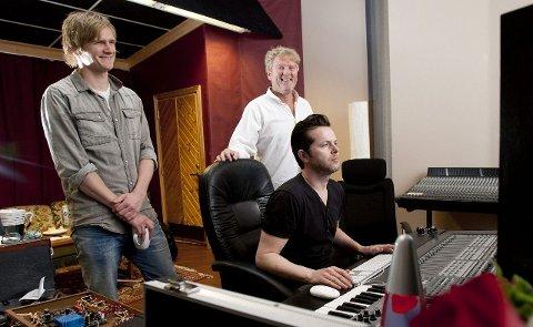 SMILENDE TILFREDSE: Odin og Øyvind Staveland er fornøyde med de nye låtene på det kommende Vamp-albumet som slippes i oktober. Espen Lind har hatt gode opplevelser som produsent og lydtekniker.
