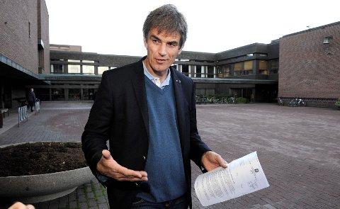 Ordfører Bjørn Ole Gleditsch sier aksjeloven gir føringer på hvordan informasjons-flyten i Sandefjord Lufthavn Torp må være.  FOTO: OLAF AKSELSEN