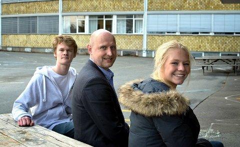 FLERE FULLFØRER: Rektor Dag Brustad ved Eikeli videregående skole med elevene Marianne Von Krogh (18) og Andreas Schønberg-Moe (17): Trivsel og nærvær leder til vitnemål.