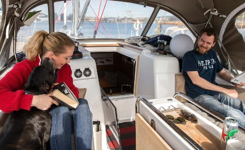 Miriam H. Skjæraasen, Adrian Johansen og hunden Frank utgjør trioen om bord på S/Y Micasa.