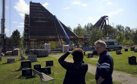 STOR INTERESSE: Mange er innom og ser på utviklingen der kirken reiser seg. Her er kirketjener Mads Bergström i Risberget på, plass for å ta en kikk.