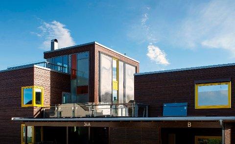 Dette huset i Trondheim har solfangere integrert i ytterveggen (midt i bildet). Disse solfangerne er produsert av ASV Solar.