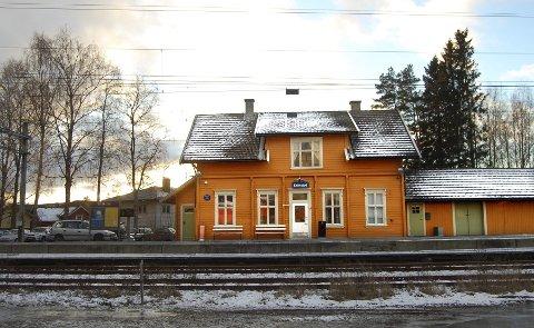 Kråkstad stasjon er manuelt styrt når det gjelder kryssing av tog. Derfor må Trond Hammersten hit to ganger om dagen for å trykke på knapper og vinke tog avgårde. (Foto: Bengt Røsth)