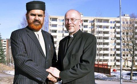 Samarbeider: Imam Ahmad Noor og sogneprest Ivar Flaten er opptatte av et godt samarbeid på Fjell. Foto: Kyrre Lien