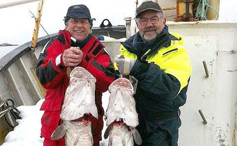 Ole Lønseth (t.v.) og Svenn Petter Anersen med fangsten de tok i dag - i Lofoten. Den til venstre veide 13,6 kilo, den til høyre 13,5 kilo!