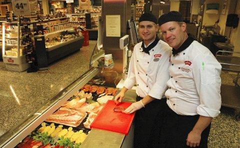 Martin Grønvold (til venstre) er blitt norgesmester i finstykking for lærlinger. Han er trent i faget av sin sjef Eivind B. Klavenes på Meny-butikken på Råel.