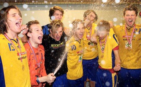 Jomar Johnset (venstre), Lars-Erik Sørli, Marius Relte, Stian Brevik, Henrik Finstad Michelsen og resten av BSK-spillerne spratt sjampisen i garderoben etter matchen.