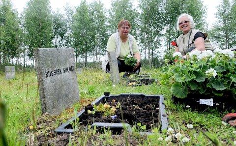 PLANTET IGJEN: Lisbeth Haldammen, til venstre, og Unni Tollefsen plantet sommerblomster på russergravene i går og håper disse får stå i fred.foto: Sverre viggen