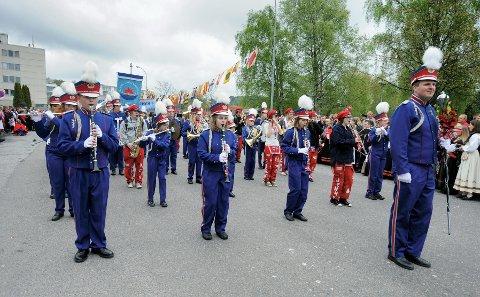 Tunge skyer henger truende over Store Bergans Skolekorps.