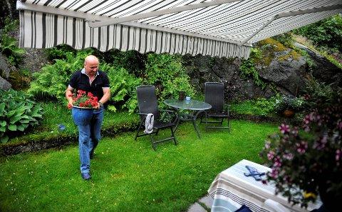 Som arbeidsløs har Alf-Reidar Fjeld plutselig fått uvant mye tid hjemme i huset på Havna på Tjøme. Der går tiden blant annet med til å redde blomstene fra å drukne i sommerlig styrtregn og komme til hektene etter det plutselige sjokket det var å bli avsatt som administrerende direktør for Sandefjord Lufthavn Torp.