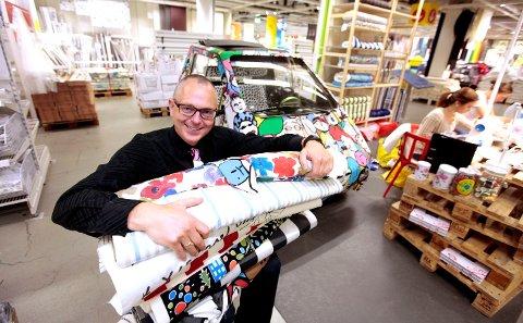 FORANDRING: Jan Erik Jacobsen forteller at årets IKEA-katalog har fokus på hvordan man kjapt og rimelig kan skape forandring og gjøre hjemmet mer personlig ved hjelp av tekstiler. Eller var det bilen han mente? FOTO: TRINE JØDAL