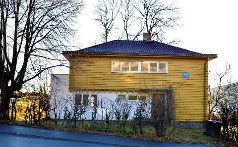 I Løkkebergveien 4 på Toppenhaug ligger stridens kjerne. Villa Gleditsch er tegnet av drammensarkitekten Christian Fredrik Arbo, og oppført i 1932.