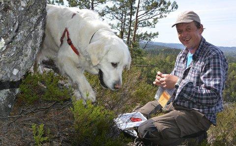 1: Rune Ness og golden retrieveren Lissi (9) fant geocachen på Skjærsjøknuten etter litt leting. 2: Det er bratt stigning opp til Skjærsjøknuten  3: Koordinatene som er hentet fra geocaching.com legges inn på GPS-en før turen. 4: Kaffekjelen har vært med på utallige turer, og gjorde nytten også på 170 meter. 5: Utsikten fra Skjærsjøknuten (170 moh) med Hull til høyre i bildet. Den andre veien ser man rett over på Lovisenbergkollen, og man kan se litt av Jomfruland.