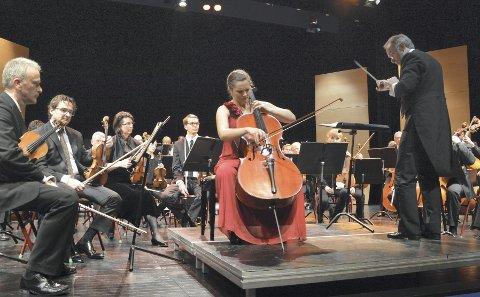 FAST ANSETTELSE:  Her spiller Frida Fredrikke Waaler  Wærvågen sammen med  Vestfold symfoniorkester i Bakkenteigen i mai.FOTO: JAN BROMS
