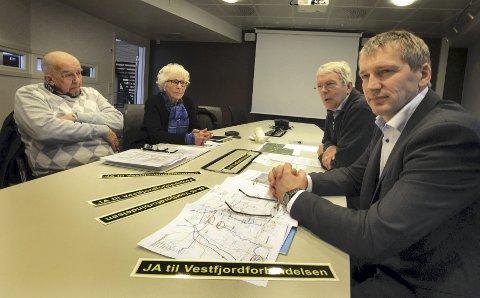Aksjonsgruppen for vestfjordforbindelse vil stå på til siste slutt. Fra venstre Ragnar Torgersen, Unni Hanson, ingeniør Sten Hernes og Terje Olsen.