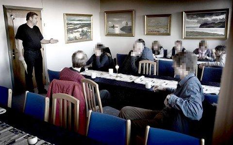 <b>PÅ TURNÉ: </b>Lege Birger Schroll, til venstre, har blant annet vært i Haugesund for å fortelle narkomane om muligheten til å flytte til Hanstholm i Danmark.