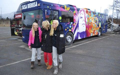 Elleve russebusser ble kontrollert torsdag. Bussen Susa Berusa til  Charlotte Sjom (f.v.), Ingvild Torp og Karoline Soot er klar for russefeiring.