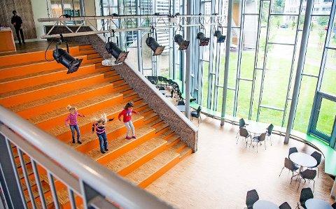 Sagabakken skole er tegnet av PLUS ARKITEKTUR i Sarpsborg/Oslo. Her fra det åpne auditoriumet.