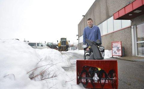 ØKT SALG: Hos Eiksenteret i Stokke merker daglig leder Tor Håkon Ballo økt salg på snøfresere.