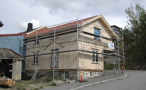 Tar form: Fortsatt står stillasene, men utvendig er det vesle huset snart ferdig restaurert. foto: terje Antonsen