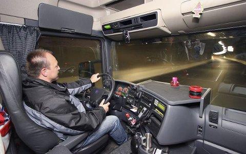 <b>EN KJAPP EN: </b>– Den nye Rullestadtunnelen er en revolusjon på E 134, mener trailersjåfør Per Ivar Kårstad. Testkjøringen med Haugesunds Avis viser at kjøretiden blir mer enn halvert i forhold til Rullestadjuvet.