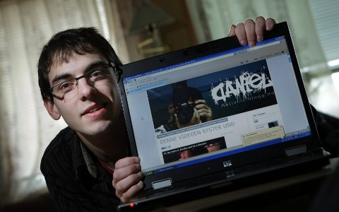 Daniel Niazi (19) skriver gjerne tre innlegg til dagen.