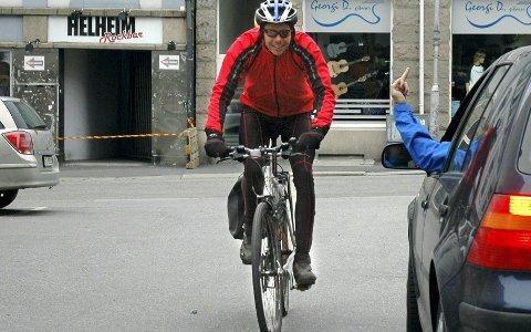 Avreagerer: Selv om en bilfører i sinne gir «finger'n» til en syklist, mener Anders Lindskog årsaken kan være noe helt annet. For eksempel mobbing på arbeidsplassen, eller et dårlig sex-liv. illustrasjonsfoto: terje Antonsen